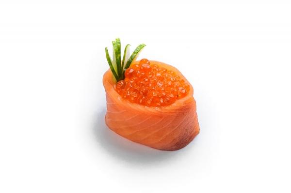 Суши Икура в лососе